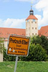 Ortsschild von Pretzsch (Elbe), Stadt Bad Schmiedeberg - Landkreis Wittenberg; im Hintergrund der Treppenturm vom Schloss Pretzsch.