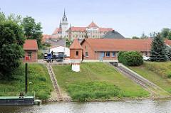 Binnenhafen Torgau an der Elbe; Pegelturm - im Hintergrund das Schloss Hartenfels.