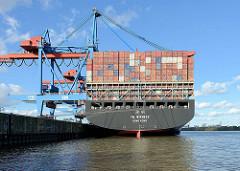 Containerfrachter YM Wittness unter Containerbrücken am Container Terminal Hamburg Altenwerder; das Containerschiff hat eine Länge von 368 m und kann14080 Container transportieren.