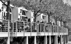 Aussenterrasse / Aussengastronomie vom Hotel Hafen Hamburg an den St. Pauli Landungsbrücken.