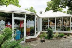 Moderne Verkaufspavillions - freistehend an der Goetheallee, Baustil der 1990er Jahre.