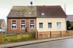 Doppelhäuser mit unterschiedlicher Fassaden - und Dachgestaltung + Strassenzäune - Architektur in Wartenburg.