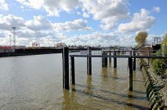Petroleumhafen in Hamburg Waltershof - Gebiet der Westerweitung des Hamburger Hafens: das Hafenbecken soll verfüllt und so neue Lagerflächen für Container geschaffen werden.