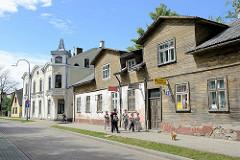 Unterschiedliche Architektur in Ventspils / Windau, Lettland; Doppelhaus mit teilw. Holzfassade - Wohngebäude mit Erkerturm und Tonnen-Dächern im Baustil der Gründerzeit - Kuldigas iela.