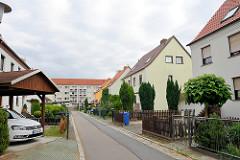 Wohnhäuser mit kleinem Vorgarten / Carports; Hallesche Straße Torgau.