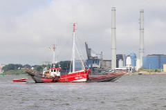 Ein Fischkutter mit Netzen auf der Elbe vor Hamburg Rissen - im Hintergrund das Heizkraftwerk / Kohlekraftwerk  Wedel.