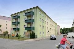 Schlichte mehrstöckige Wohnhäuser mit nachträglich angebauten Balkons - Röhrweg / Torgau.