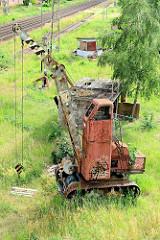 Alter verrosteter Raupenkran am Bahngelände von Torgau.