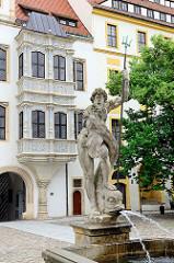 Neptunbrunnen und Erker - Schloss Hartenfels Torgau.