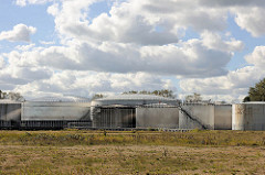 Blick über das Areal am Petroleumhafen in Hamburg Waltershof - Gebiet der Westerweitung des Hamburger Hafens: das Hafenbecken des Petroleumhafens soll verfüllt und so neue Lagerflächen für Container geschaffen werden.