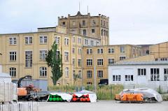 Fabrikarchitektur / technisches Denkmal am Hafen in Torgau - Fabrikgebäude / gelbe Klinkerfassade der ehem. Marmeladenfabrik Leue & Weise; später Stahlgießerei; dann Steingutfabrik Villeroy & Boch - erbaut um 1900.