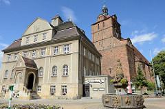 Rathaus mit Gänsebrunnen - St. Marien Kirche von Dommitzsch / Landkreis Nordsachsen.