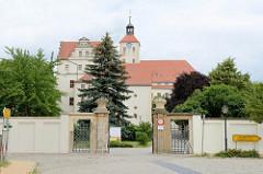 Portal / Eingang zum Schloss Pretzsch (Elbe). Das heutige Aussehen des Schlosses stammt aus der Zeit um 1700 und wurde im Stil der sogen. augusteischen Renaissance erbaut.
