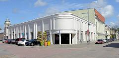 Halbrundes Eckgebäude, Supermarkt in Ventspils / Windau, Lettland.