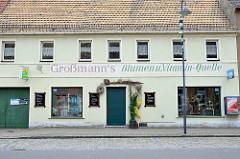 Geschäft mit Fassadenaufschrift  - Blumen u. Vitamin-Quelle - Dommitzsch, Nordsachsen.