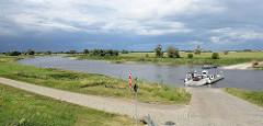 Elbfähre / Gierseilfähre bei Dommitzsch an der Elbe.