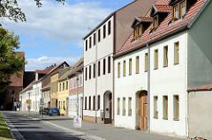 Wohnhäuser in unterschiedlicher Bauhöhe - Torgauer Strasse in Dommitzsch.