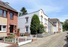 Einzelhäuser, Wohnhäuser aus unterschiedlichen Bauepochen - Architektur in der Geesthachter Hafenstraße.