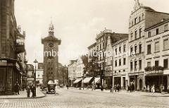 Historische Vorkriegsansicht vom Alten Markt in Elbing - Markttor und Geschäfte mit Markisen; Passanten auf dem Bürgersteig - parkende Autos.