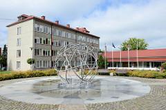 Neues Rathaus / Stadtverwaltung in Limbaži / Lemsal - Brunnen mit Metallkugel.