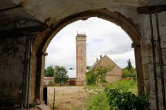 Blick durch einen alten Torweg des Klosters Marienstern / Güldenstern zum ehem. Wasserturm der Stadt;
