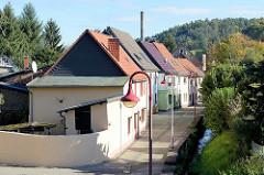 Wohnhäuser an der Töpferreihe am Hagenbach in Mansfeld.