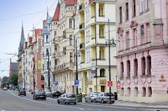 Mehrstöckige Wohnhäuser mit Geschäften - Gründerzeitarchitektur in Toruń / Polen.