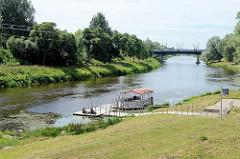 Ufer der Gauja /  Livländische Aa in Valmiera; Bootssteg in der Sonne, Ausflugsboot.