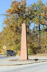 Blutstraße am Ettersberg bei Weimar; die Straße führt zum ehemaligen KZ Buchenwald und wurde von Lagerhäftlingen gebaut; Straßeneinfahrt mit Denkmal für Henri Manhès und Obelisk