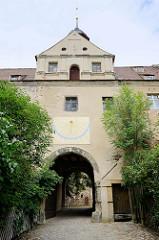 DSC_ 2047 EIngang + Sonnenuhr vom Schloss Mühlberg, 1272 als Wasserburg  erwähnt; 1545 nach einem Stadtbrand  als Jagdschloss wiederaufgebaut.  Spätere Nutzungen erfolgten als Amtsgericht, Gefängnis und seit 1859 Hauptzollamt, in jüngster Zeit als Schule,