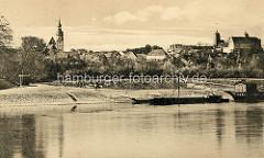 """Altes Bild - Blick über die Elbe Richtung Strehla; lks. die spätgotische Stadtkirche """"Zum heiligen Leichnam"""", re. die Gebäude der Burg."""