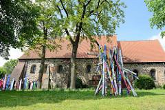 Südseite vom Kirchenschiff der evangelisch-lutherische Kirche St. Mauritius von Hittfeld.