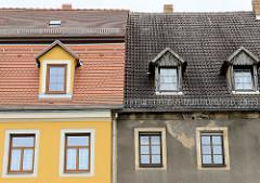 Wohnhäuser am Markt von Strehla, restaurierte Fassade - neugedecktes Dach; Rauhputzfassade, Dachfenster mit Holz verkleidet. Bilder Alt + Neu.