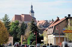 Blick von der Friedensallee / B 86, Bundesstraße in Mansfeld auf die St. Georgkirche.