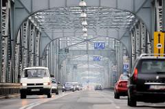 Blick durch die Eisenkonstruktion der Józef-Piłsudski-Brücke in Toruń; Fachwerkbrücke, erbaut 1934.
