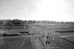 Blick über das Areal vom ehem. KZ Buchenwald - jetzt Gedenkstätte; lks. im Hintergrund das Krematorium - re. das Eingangsgebäude. Die Fundamente der einzelnen Blocks / Baracken sind optisch nachgebildet.