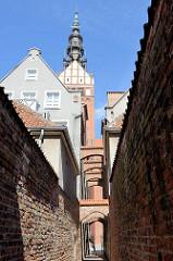 Schmaler Gang zur St. Nikolai Kathedrale in Elbląg / Elbing.