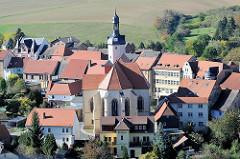 Blick von Schloss Mansfeld auf die Stadt und die St. Georg Kirche.