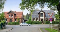 Einzelhäuser / Wohnhäuser mit Giebel über der Eingangstür; Hauptstraße in Hittfeld / Seevetal.