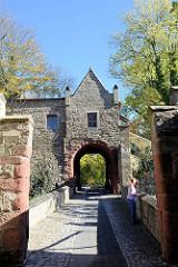 Eingang vom Schloss / Burg Mansfeld - Befestigungsanlage bei der Stadt Mansfeld; Baubeginn um 1500 - heute Nutzung  als moderne Christlichen Jugendbildungs- und Begegnungsstätte.