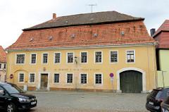Ehem. Gasthof / Gaststätte Goldener Stern am Markt von Strehla; Barockbau aus dem 18. Jahrhundert - Mansarddach und Tordurchfahrt; jetzt Leerstand.