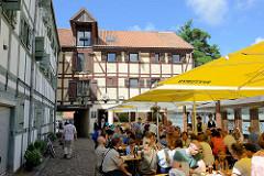Fachwerkspeicher - historische Architektur, modernisiert - Restaurant im Innenhof von Klaipėda, Litauen.