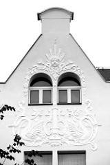 Jugendstilfassade - Art Nouveau Fassaden Dekor, Giebel mit Stuckrelief - Schwänen, Bändern und Sonne; Architektur in Strehla, Kreis Meißen.
