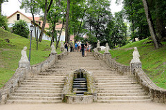 Schlosspark von Cēsis, angelegt 1812; Treppen mit Skulpturen und Brunnen.