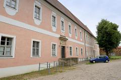 Ehem. Abtei mit Nonneneingang - 1717 zum Herrenhaus umgebaut. Im Hintergrund die Klosterkirche Marienstern in Mühlberg / Elbe. Das Zisterzienserinnenkloster wurde 1228 gegründet; die einschiffige Klosterkirche ist ein gotischer Backsteinbau.