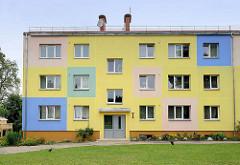 Moderner schlichter Wohnblock mit farblich abgesetzter Fassade - Architektur in Cēsis / Lettland.