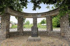 Denkmal für die Helden des antifaschistischen Widerstandkampfes gewidmet - Den Toten zur Ehre - den Lebenden zur Mahnung; Mühlberg / Elbe.