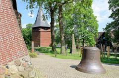 Kirchturm und Gedächnisglocke der evangelisch-lutherische Kirche St. Mauritius von Hittfeld.