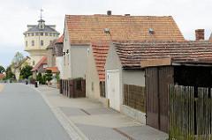 Wohnhäuser mit Garagen - Wasserturm von Strehla, errichtet 1907 - Planung Ingenieur C. Jensen; Nutzung bis in die 1980er Jahre.