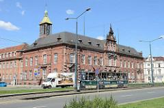 Historische Architektur in Elbląg / Elbing; altes Postamt und Straßenbahn an der Hauptstraße Pocztowa.